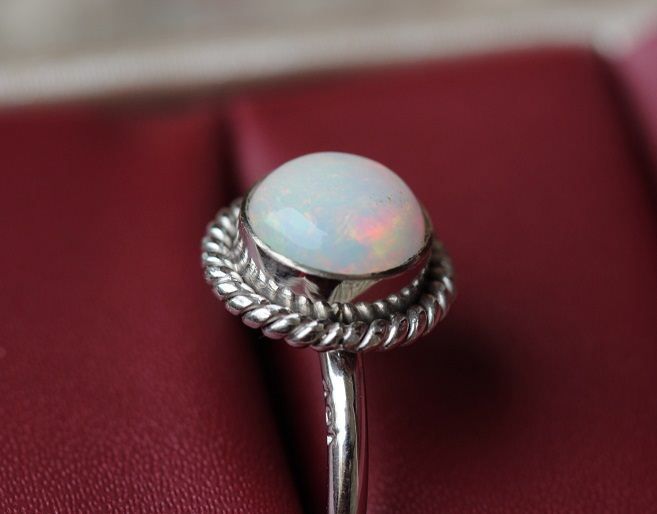 18K white Gold Opal ring