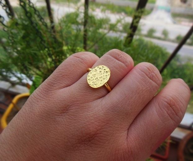 Oval 18 k gold hammered