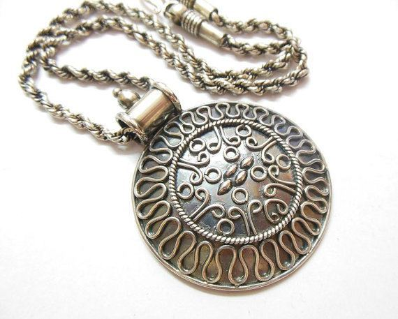 Round bold medallion pendant necklace