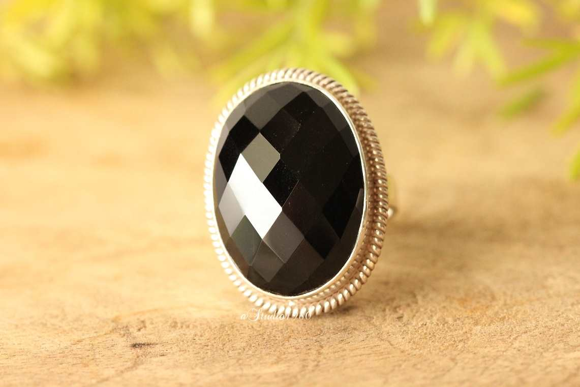 Handmade ring in gold and black onix